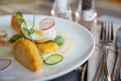 Gezond ontbijtvoedsel Heerlijke Benedict voor echte gastronomisch Prachtig gediende Benedict op wit dienblad in restaurant stock afbeeldingen