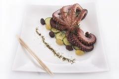 Gezond overzees voedsel - octopus & olijven Stock Fotografie