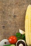 Gezond plantaardig voedsel op hout Stock Afbeelding