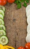 Gezond plantaardig voedsel over houten achtergrond Stock Foto's