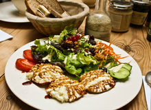 Gezond salade en brood op houten lijst Stock Afbeelding