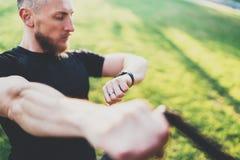 Gezond slim levensstijlconcept Spieratleet die het grote uitoefenen TRX buiten in zonnig park doen Jonge knappe mens binnen royalty-vrije stock fotografie