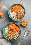 Gezond vegetarisch ontbijt met zaden, havermeel, vers en gedroogd fruit royalty-vrije stock afbeeldingen