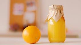 Gezond voedings eigengemaakt natuurlijk jus d'orange stock footage