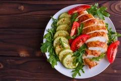 Gezond voedsel, dieetconcept Gebakken kippenborsten met courgette royalty-vrije stock afbeelding