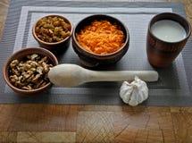 Gezond voedsel in een bruine kleischotel met een houten lepel op de lijst stock foto's