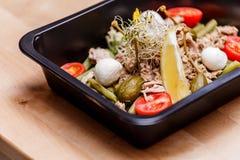 Gezond voedsel en dieetconcept, de levering van de restaurantschotel Haal van geschiktheidsmaaltijd weg Stock Foto
