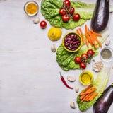 Gezond voedsel en dieetvoedingsconcept, verse groenten, grens, plaats voor tekst op houten rustieke achtergrond hoogste meningsve Stock Afbeelding