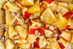 Gezond voedsel in foliedoos, dieetconcept Gebakken appel in witte plaat Stock Afbeelding