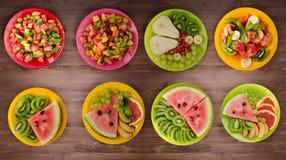 Gezond voedsel fruitsaladen op de lijst Royalty-vrije Stock Fotografie