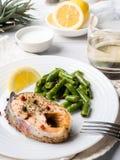 Gezond voedsel Gebakken rode vissen, roze zalm, zalm en slabonen met een plak van citroen op een plaat Royalty-vrije Stock Foto's