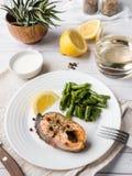 Gezond voedsel Gebakken rode vissen, roze zalm, zalm en slabonen met een plak van citroen op een plaat Stock Foto