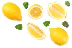 Gezond voedsel gesneden citroen met groen die blad op witte hoogste mening wordt geïsoleerd als achtergrond stock fotografie