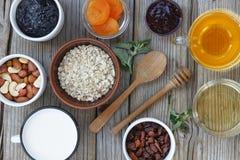 Gezond voedsel Havervlokken, droge vruchten en yoghurt, noten en honing Concept: juiste voeding Stock Foto's
