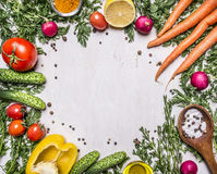 Gezond voedsel, het koken en vegetarische concepten verse wortelen met kersentomaten, knoflook, citroenradijs, peper, komkommers, Stock Fotografie