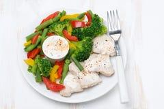 gezond voedsel - kip, gestoomde groenten en yoghurtsaus Stock Foto's