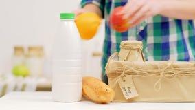Gezond voedsel lokaal het fruit Frans brood van de de landbouwmelk stock videobeelden