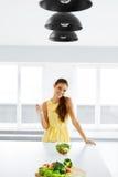 Gezond voedsel Meisje die Plantaardige Vegetarische Salade eten Levensstijl, Stock Fotografie