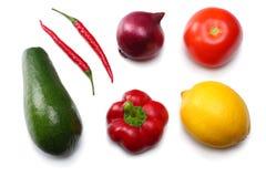 Gezond voedsel mengeling van avocado, citroen, tomaat, rode ui, knoflook, zoete die groene paprika en rucolabladeren op witte ach Royalty-vrije Stock Afbeelding