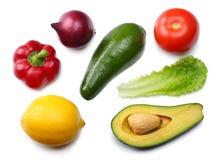 Gezond voedsel mengeling van avocado, citroen, tomaat, rode ui, knoflook, zoete die groene paprika en rucolabladeren op witte ach Stock Foto's