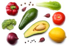 Gezond voedsel mengeling van avocado, citroen, tomaat, rode ui, knoflook, zoete die groene paprika en rucolabladeren op witte ach Stock Foto