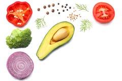 Gezond voedsel mengeling van avocado, tomaat, rode ui, zoete groene paprika en rucolabladeren op witte hoogste mening als achterg Stock Afbeeldingen