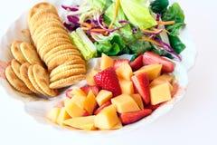 Gezond voedsel met fruit en salade stock afbeelding