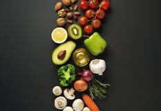 Gezond voedsel met groente en fruit stock afbeelding