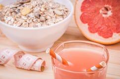 Gezond voedsel met muesli, sap en grapefruit Stock Foto