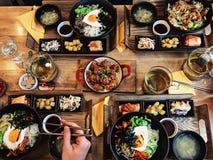 Gezond voedsel op houten lijst Hoogste mening mensen die diner in restauran hebben royalty-vrije stock afbeeldingen