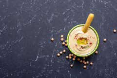 Gezond voedsel Plantaardige bronnen van prote?ne Kom van hummus, op zwarte steenlijst, kekers Exemplaar ruimte hoogste mening stock foto's