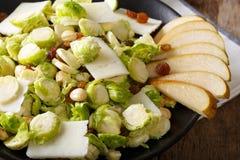 Gezond voedsel: salade van Spruitjes, hazelnoten, kaas, Ra Royalty-vrije Stock Afbeelding