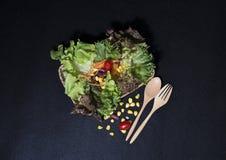 Gezond voedsel Schoon voedsel, Verse groene salade op zwarte achtergrond Stock Afbeeldingen