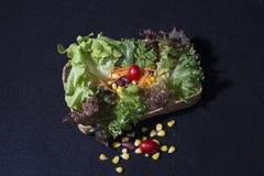 Gezond voedsel Schoon voedsel, Verse groene salade op zwarte achtergrond Stock Foto