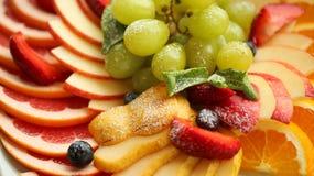 Gezond voedsel Sluit omhoog voedselbeeld van geassorteerde vruchten Macrofotografie van aardbei royalty-vrije stock afbeeldingen