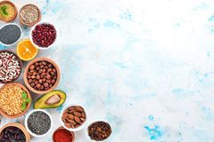 Gezond voedsel Superfoodsnoten, bessen, vruchten, en peulvruchten Op een witte steenachtergrond stock fotografie