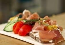 Gezond voedsel - tartine met prosciuto Stock Afbeeldingen