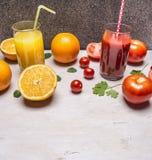 Gezond voedsel vers sap in glazen met stro, sinaasappelen en tomaten houten rustieke achtergrond hoogste menings dichte omhooggaa stock afbeelding