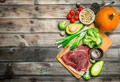 Gezond voedsel Verscheidenheid van natuurvoeding met ruw rundvleesvlees stock foto
