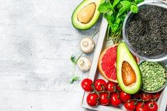 Gezond voedsel Verschillende organische vruchten en groenten met zwarte rijst in houten doos stock foto's