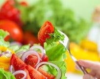 Gezond voedsel of verse groente het concept van de salademaaltijd stock afbeelding