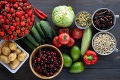 Gezond voedsel Vissen, vlees en groenten Op een donkere houten achtergrond Hoogste mening stock foto