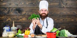 Gezond voedsel voor succes Gelukkige gebaarde mens chef-kokrecept Culinaire keuken vitamine Het gezonde voedsel koken rijp stock foto's