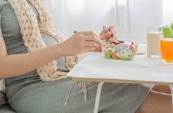 Gezond voedsel in zwangere vrouwen royalty-vrije stock foto