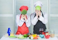 Gezond voedselconcept Paar die gezonde vegetarische maaltijd koken Vegetarische familie Vegetarische voeding en plantaardig dieet royalty-vrije stock fotografie