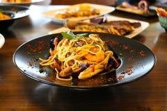 Gezond voedselconcept Spaghetti met garnalen, garnalen en mosselen Onduidelijk beeldplaten met voedselachtergrond stock foto's