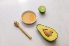 Gezond voedselconcept Verse organische avocado met honing op lijst Royalty-vrije Stock Afbeelding