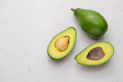 Gezond voedselconcept Verse organische avocado op lijst Royalty-vrije Stock Foto's