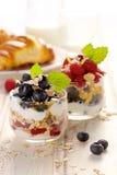Gezond yoghurtparfait met verse organische frambozen, bosbessen en granola royalty-vrije stock afbeeldingen