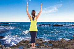Gezonde Aziatische vrouw het praktizeren yoga bij strand die gele bovenkant dragen Royalty-vrije Stock Fotografie